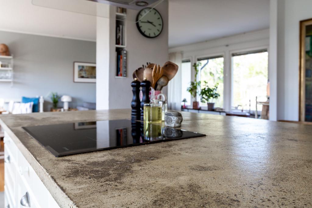 Stor och fin betongskiva på köksön.