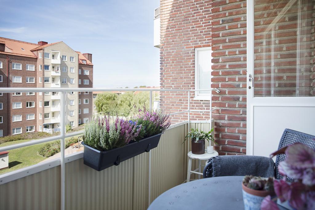Genomgående lägenhet med balkong i väster