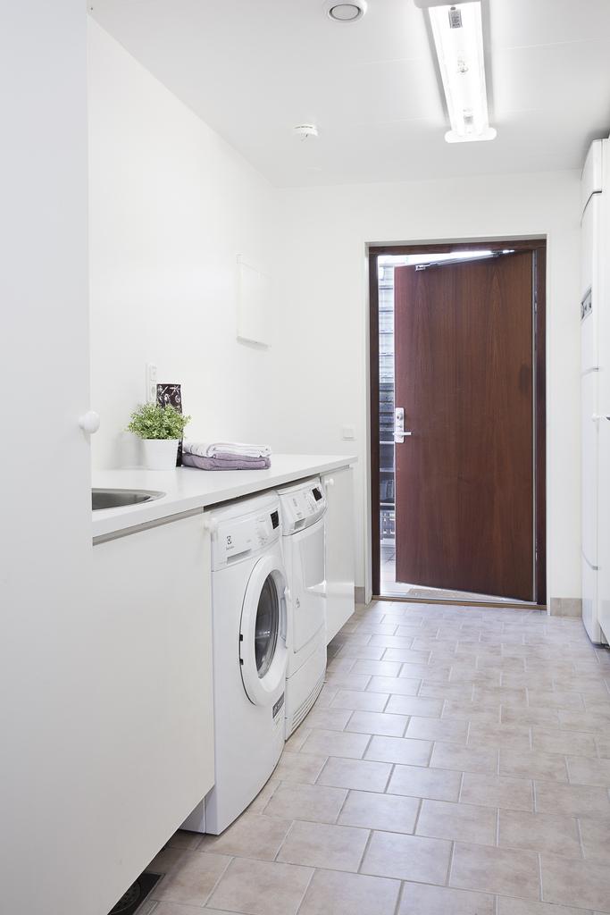 Tvättstugan, som har bra med arbetsyta och plats förvaring, har även en groventré