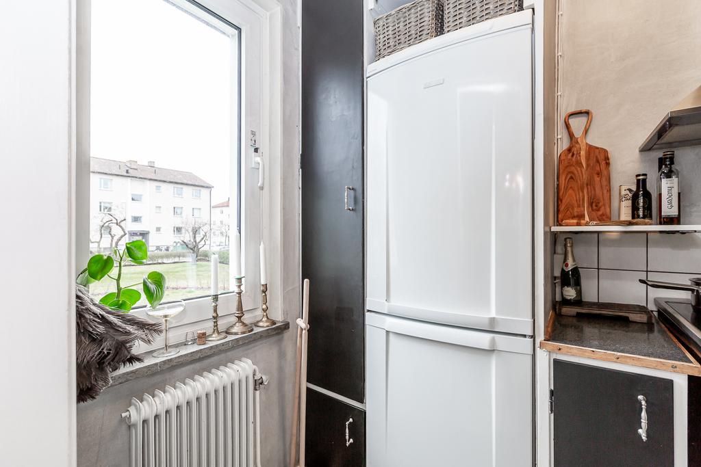 Kök med fönster mot föreningens trädgård
