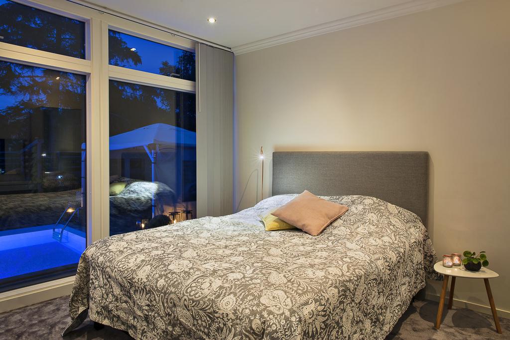 Sovrum 2 med spotlights i taket och ljusgrå heltäckningsmatta