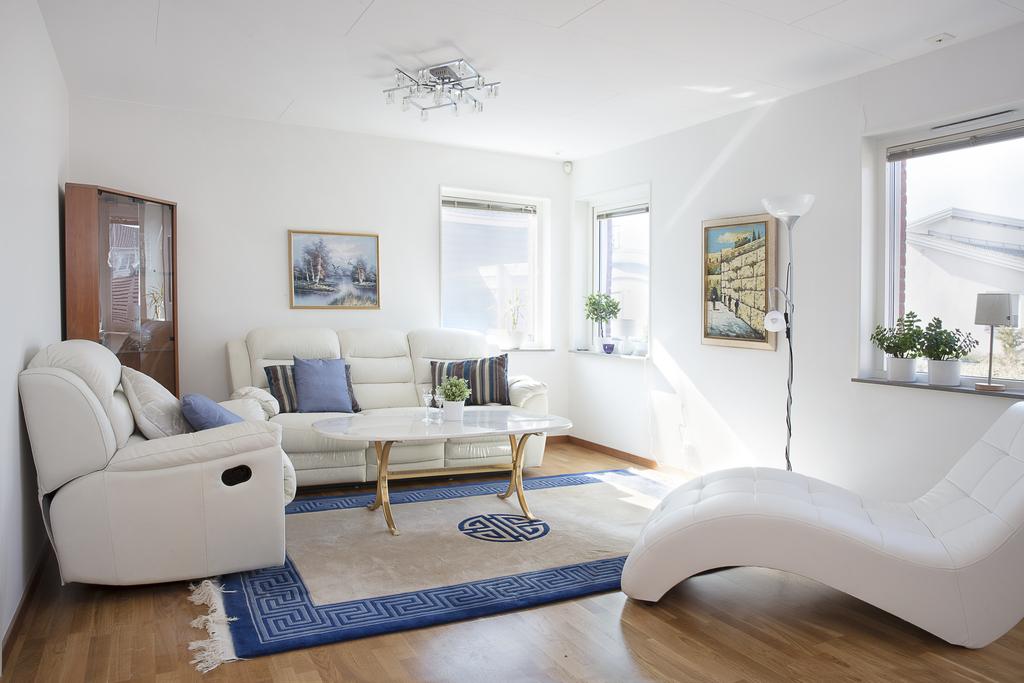 Allrummet som har plats för en stor soffgrupp, skulle kunna delas av för den som har behov av ytterligare sovrum