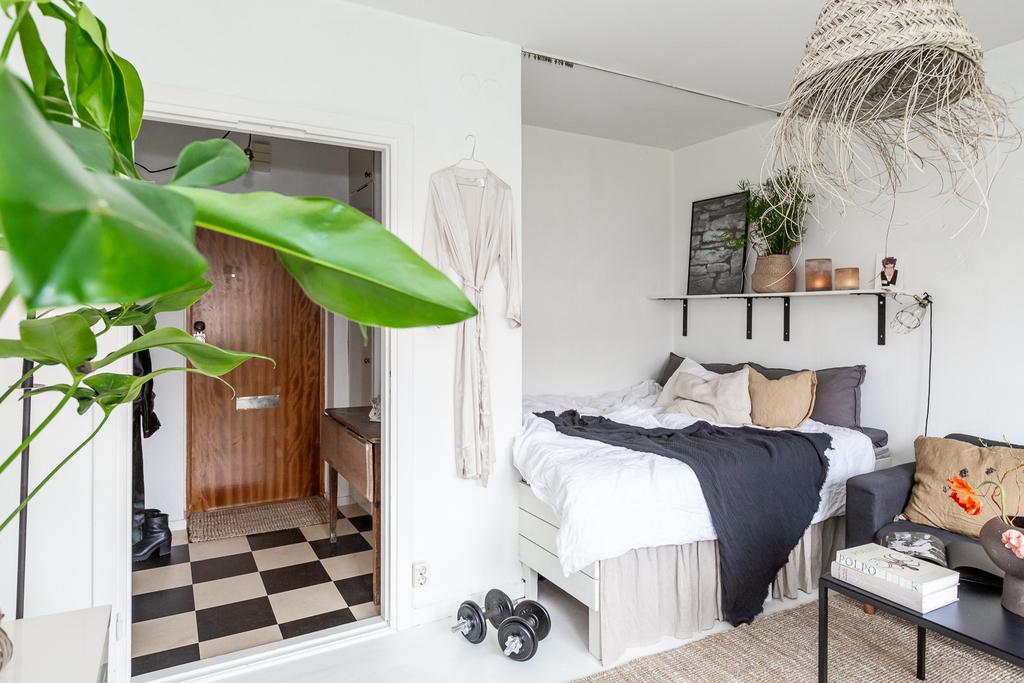 Väggfast säng med plats för förvaring inunder