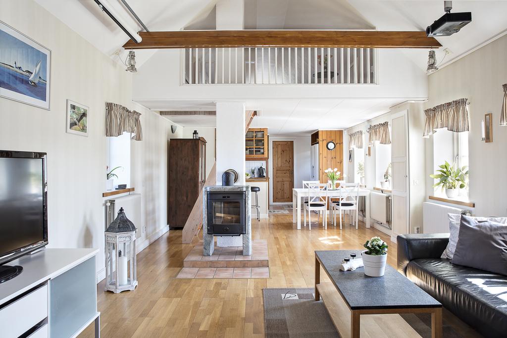 Från hallen så når man vardagsrummet som ligger öppet mot matrummet och köket