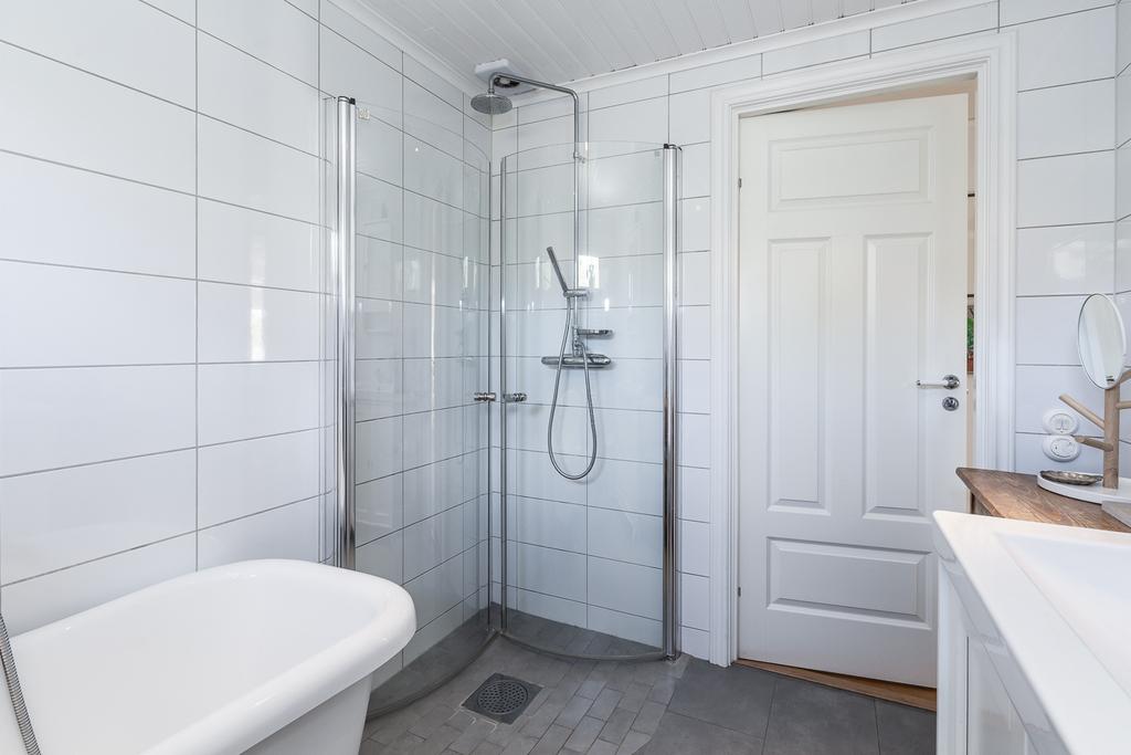 Här finns även dusch med vikväggar.