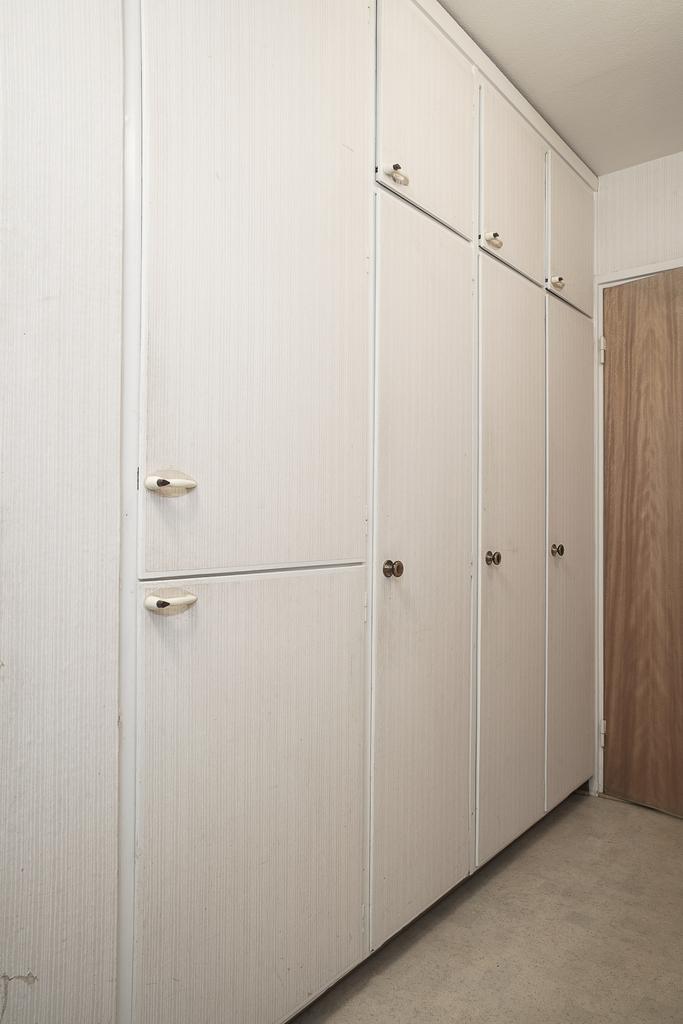 Här finns många inbyggnadsgarderober, både i sovrummen och i passage mellan hall och sovrum 1
