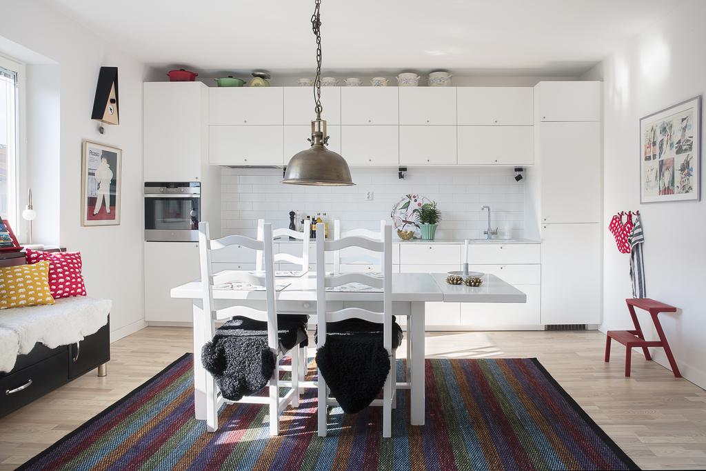 Köket har gott om plats för förvaring och fönster i väster