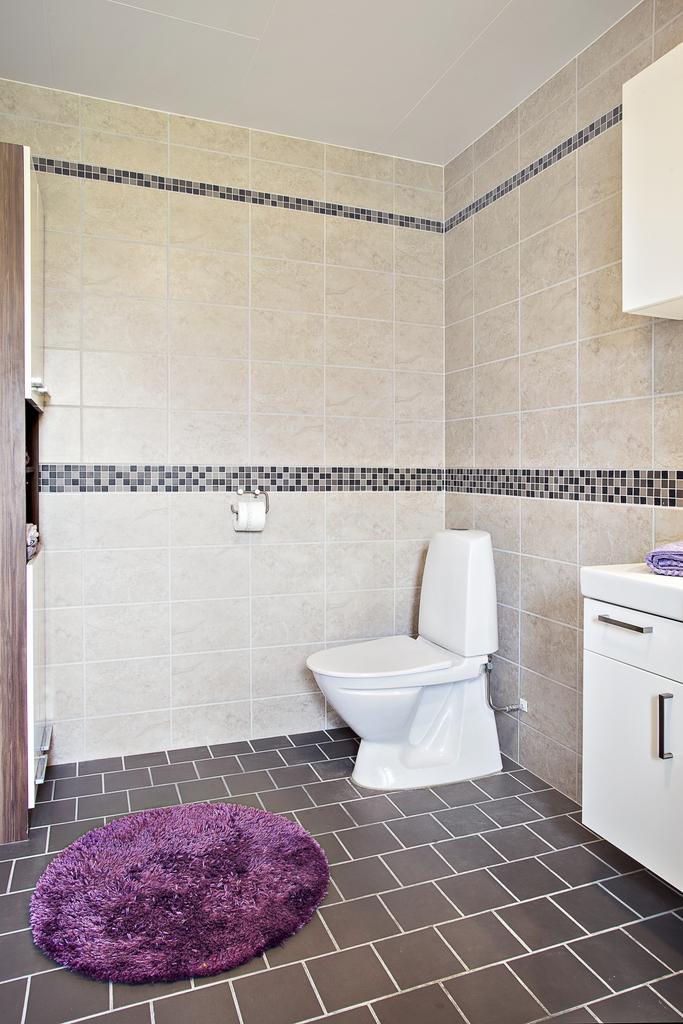 Det är ett stort badrum med gott om plats för förvaring i både kommod och badrumsskåp men även i högskåp