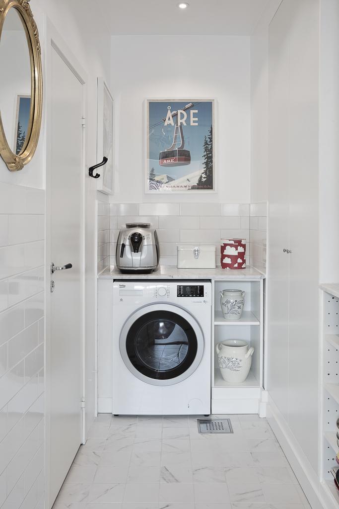 I grovköket har vi även tvättmaskin samt access till gästtoaletten