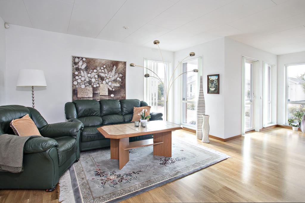 Vardagsrummet har också bra med ljusinsläpp ifrån golv till tak fönster