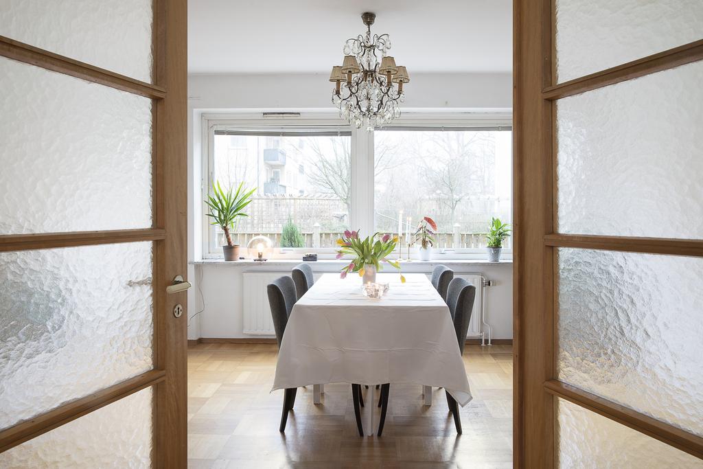 Vackra originaldörrar skiljer vardagsrum från matrum