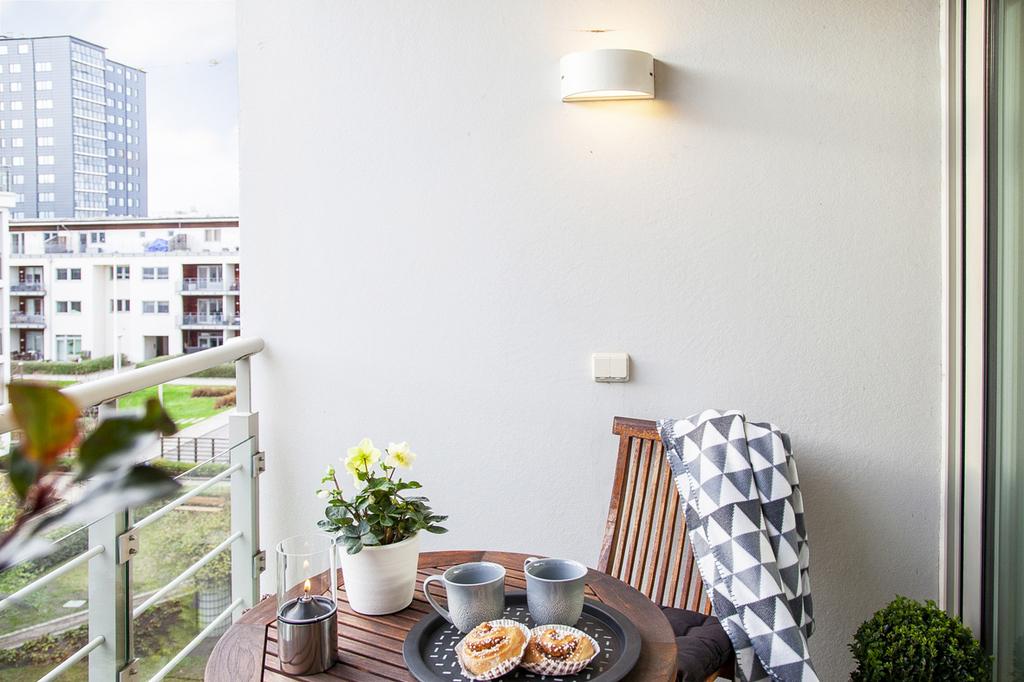 Vy från balkongen in mot föreningens välskötta innergård