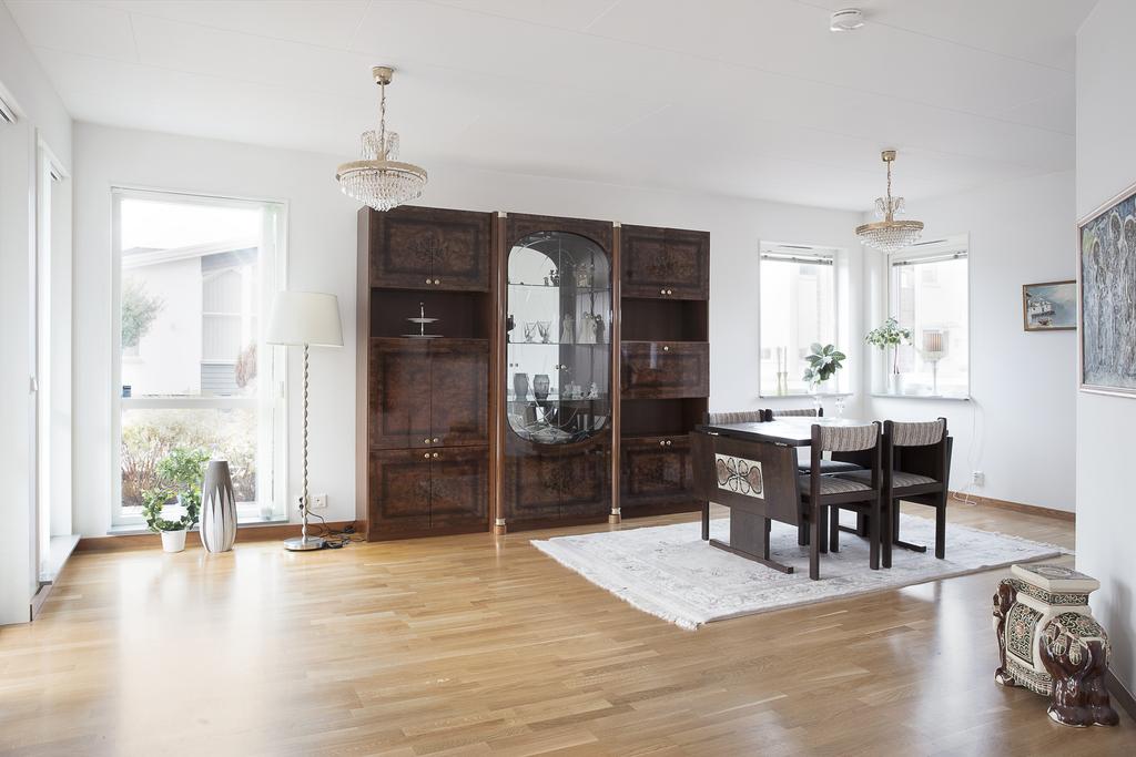 Matrummet ligger i öppen planlösning med vardagsrummet