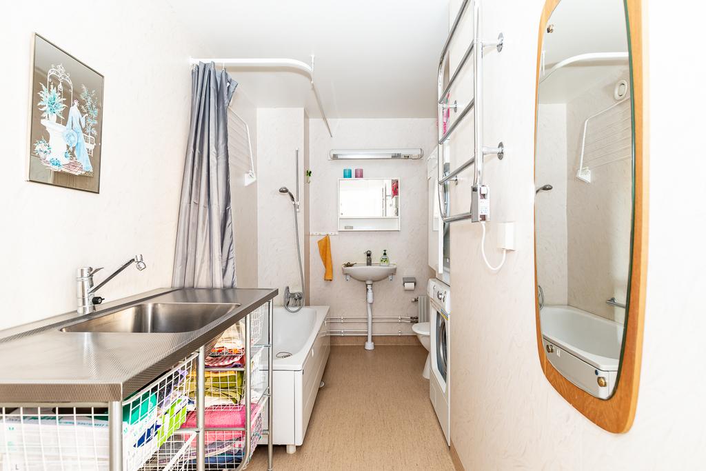 Badrum med badkar, egen tvättmaskin och torktumlare.