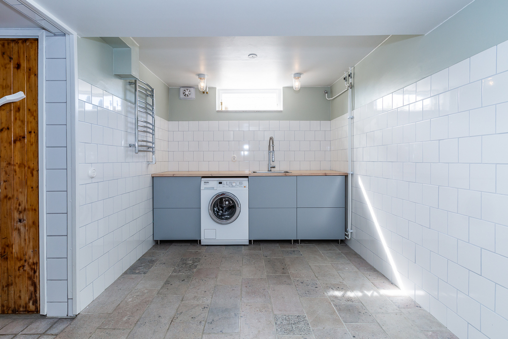 Tvättstuga med Hoburgsmarmor, även den med vattenburen golvvärme.