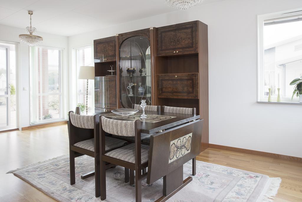 Från köket så når man matrummet, som har fönster mot söder, väster och norr
