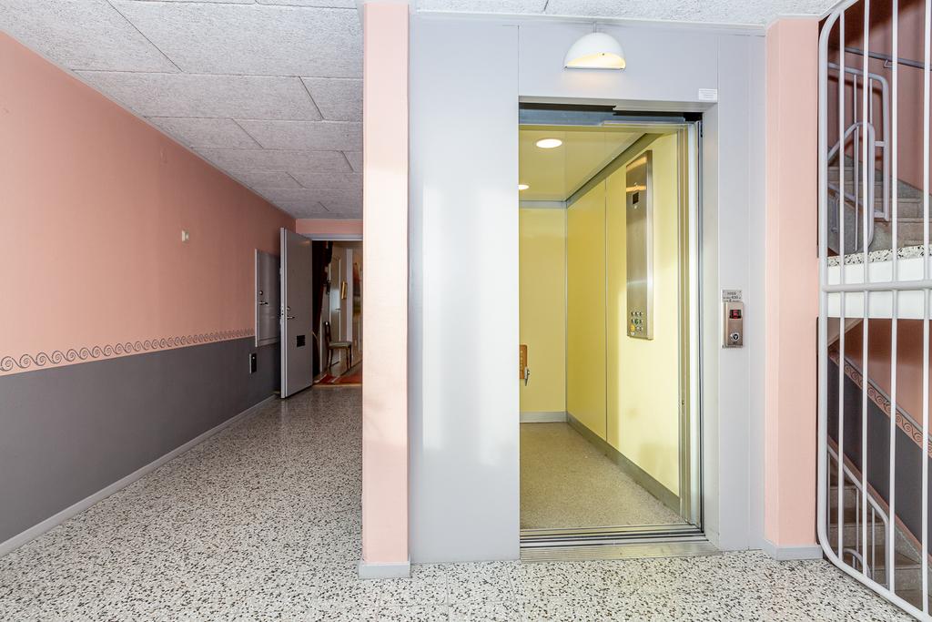 Hissen tar dig upp till ditt egna våningsplan.