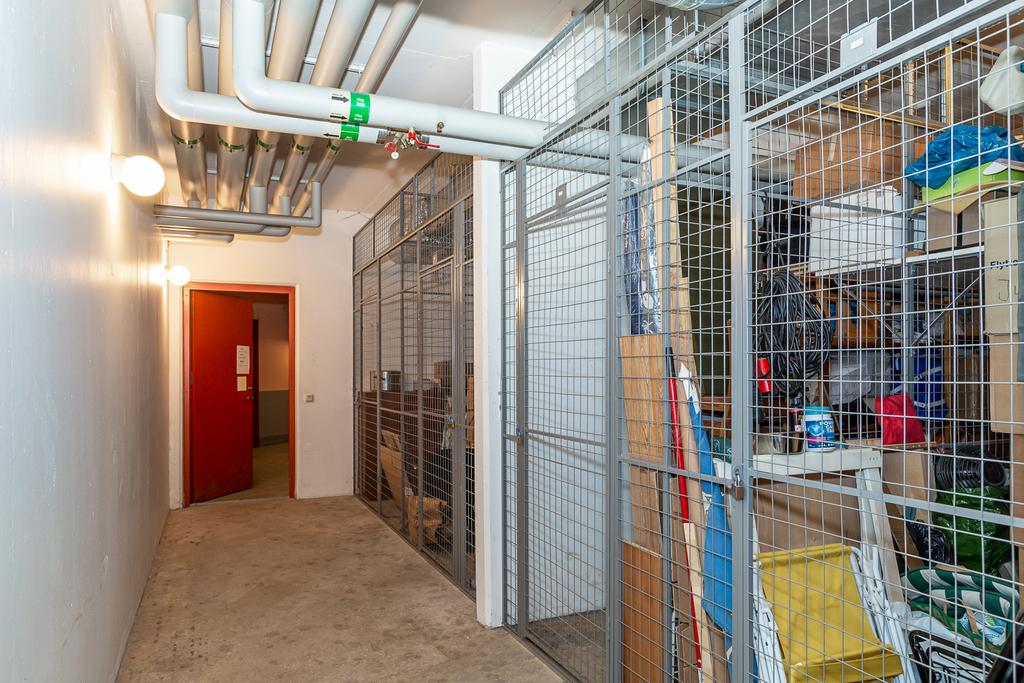 Ett rymligt källarförråd hör till bostaden.