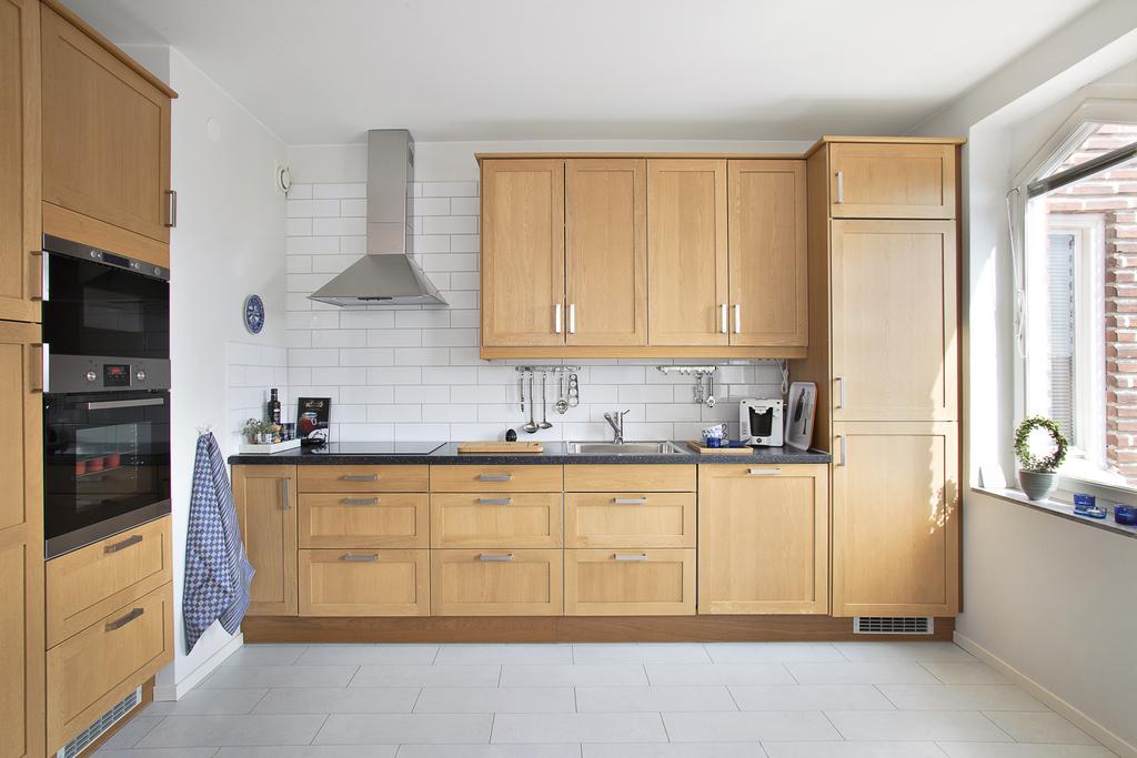 Köket erbjuder köksluckor i massiv ek och gott om plats för förvaring