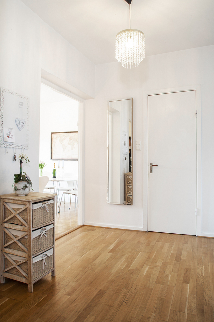 Från hallen så når man kök, vardagsrum, badrum och sovrum