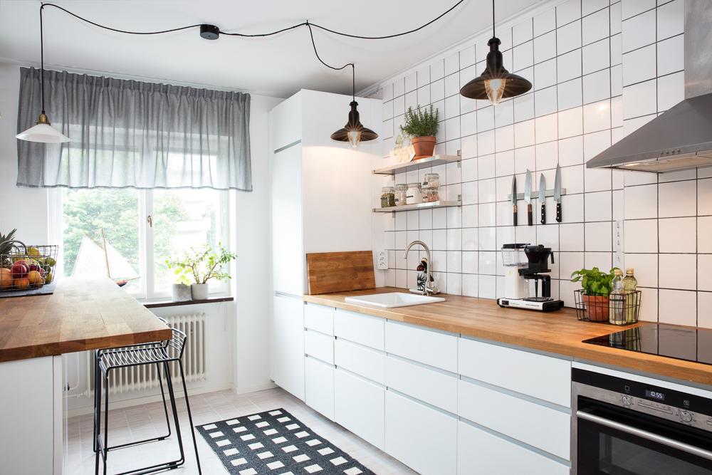 Kök med vita luckor och integrerade handtag
