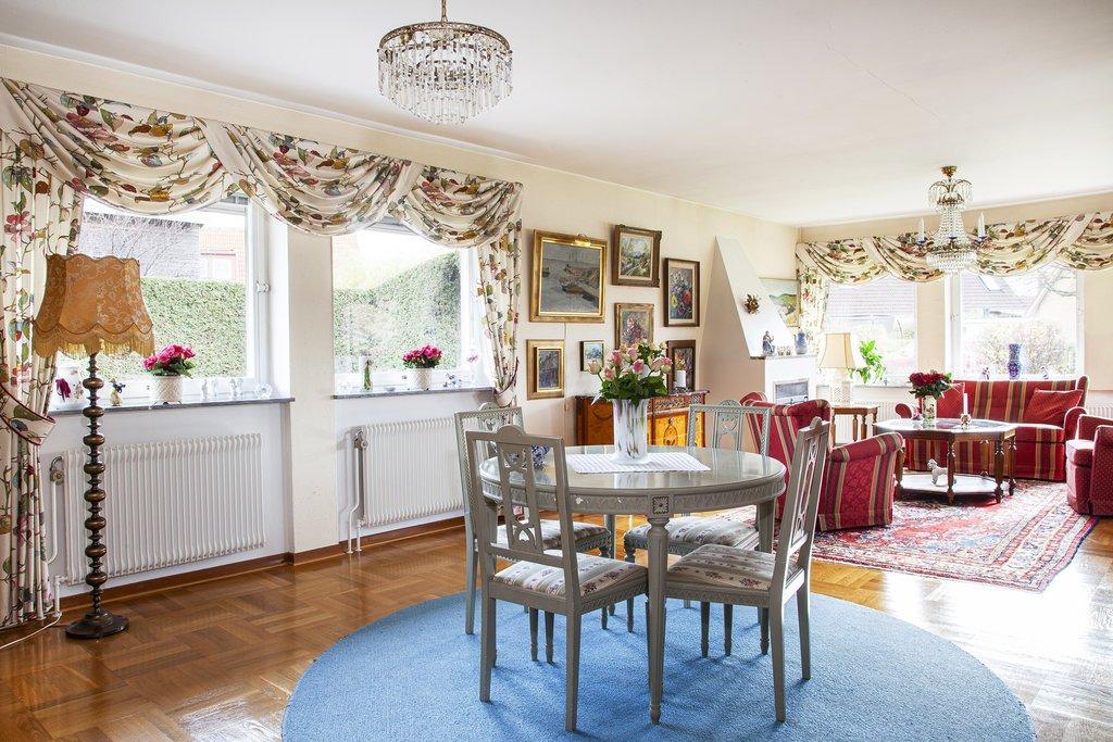 Vardagsrummet är generöst i storlek och strålar av ljus ifrån fönster som vetter åt öster, söder och väster