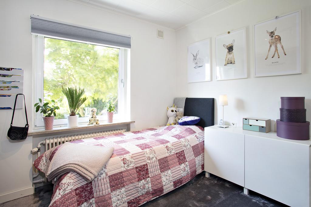 Sovrum 3 har plats för en säng, skrivbord och ytterligare möblemang