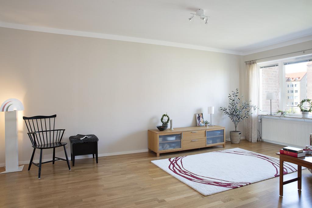 Vardagsrummet som är generöst i storlek har plats för flera möblemang