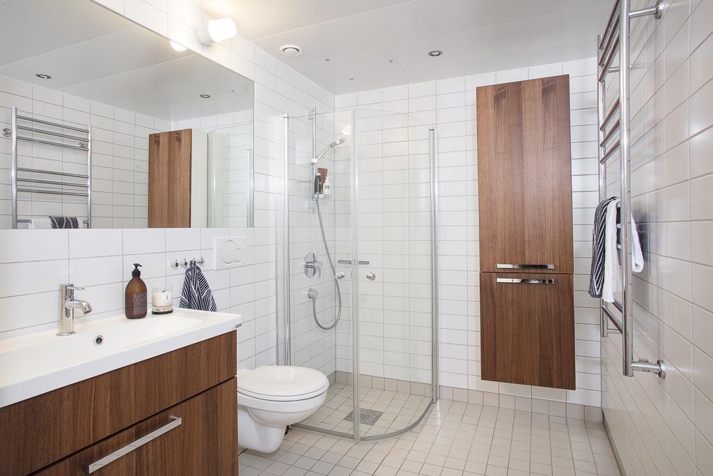 Det helkaklade badrummet som har spotlights och golvvärme går i ljusa toner