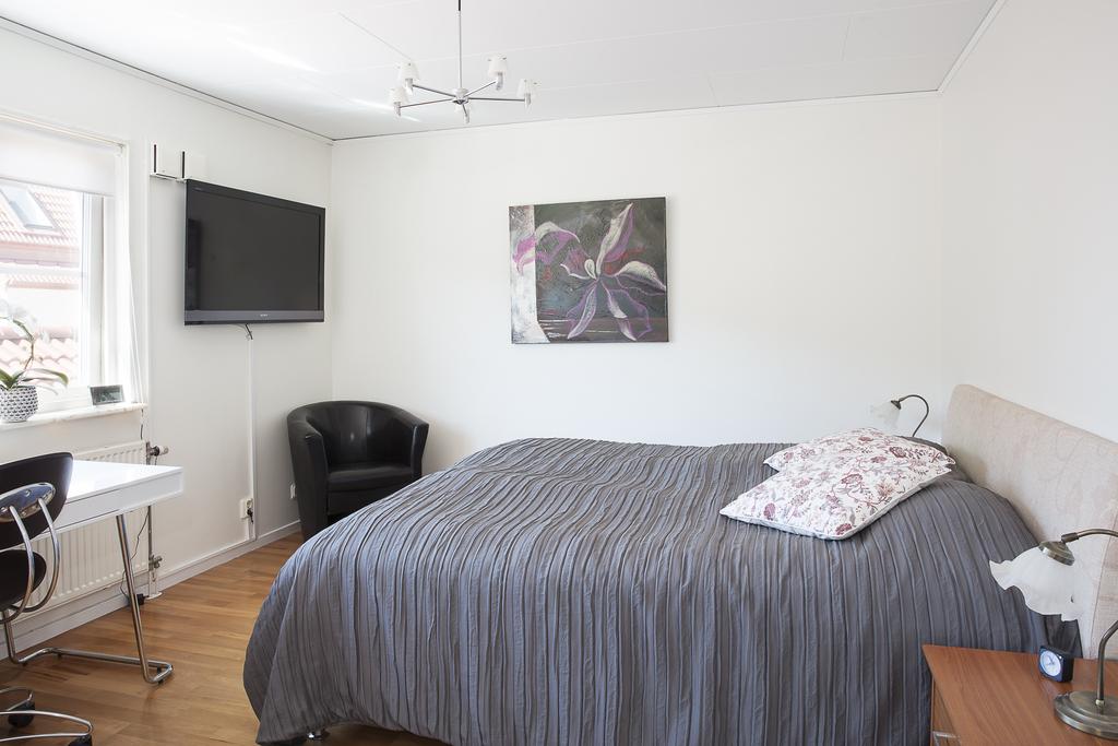 Sovrummet är väl tilltaget i storlek med plats för flera möblemang