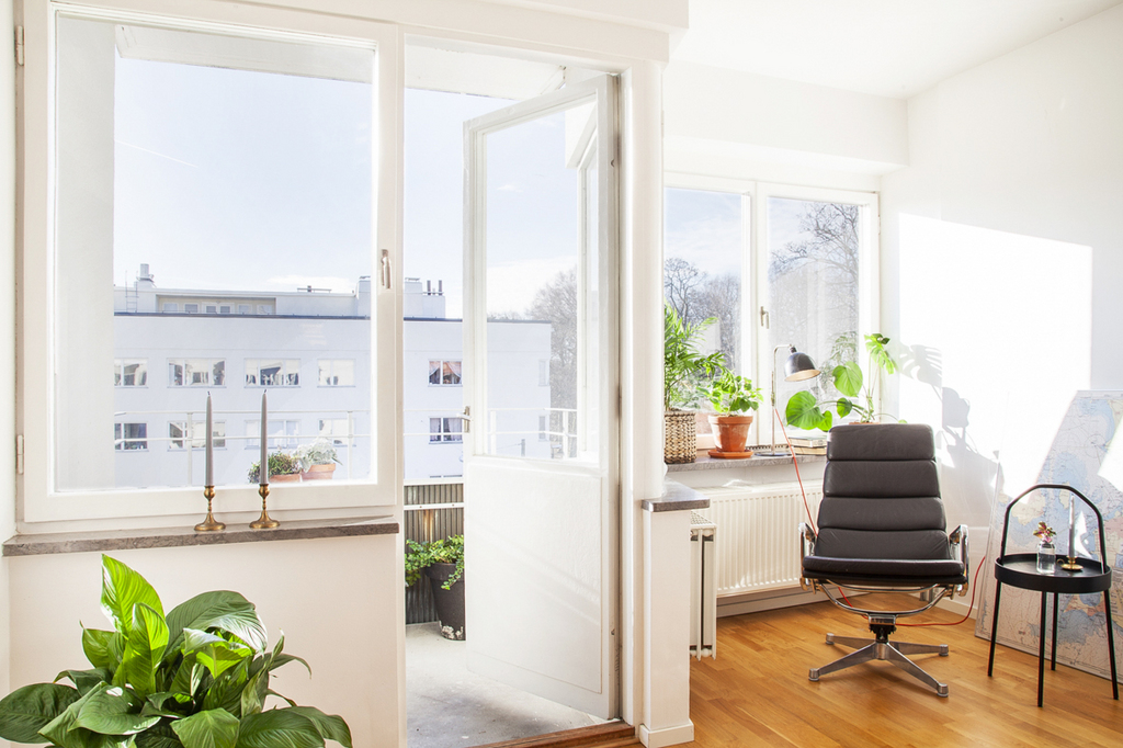 Vackert tidstypiskt fönsterparti med fönsterkarmar av sten