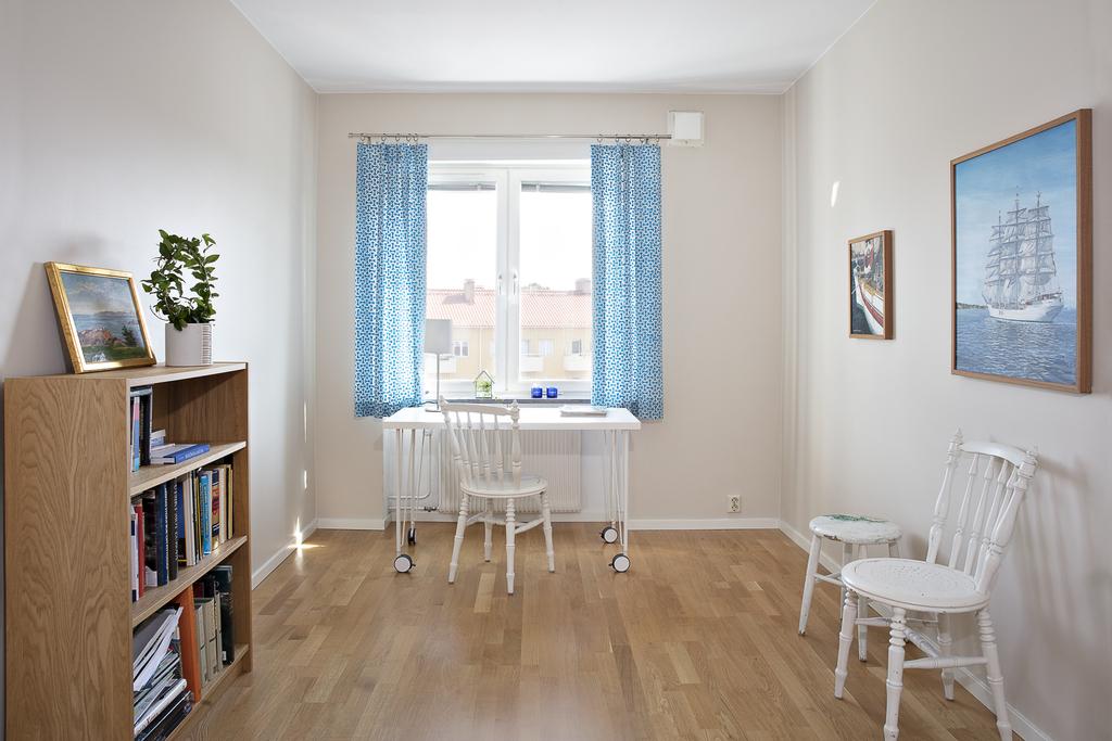 Sovrum 2 verkar idag som kontor, här ryms säng och ytterligare möblemang, fönster i öster