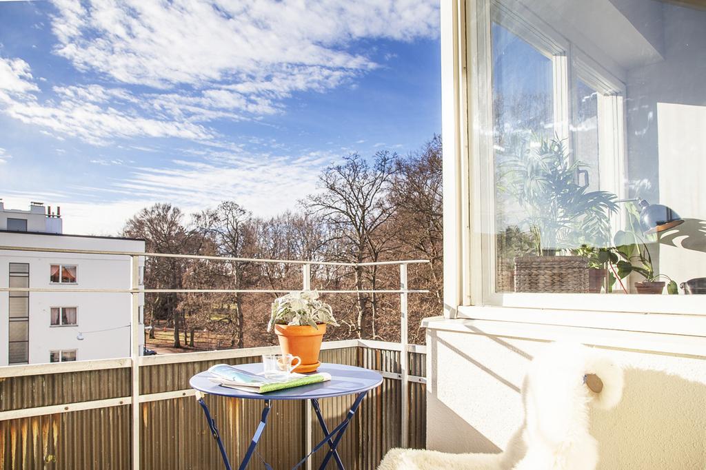 Balkong med utsikt mot Rönneholmsparken