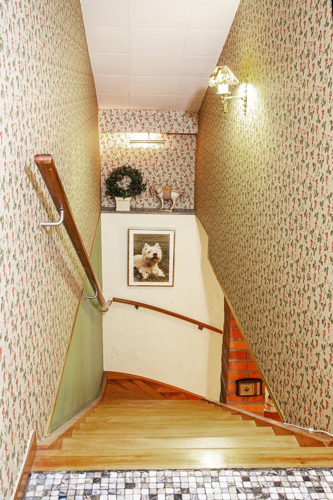 Trappan leder oss ner till källarvåningen