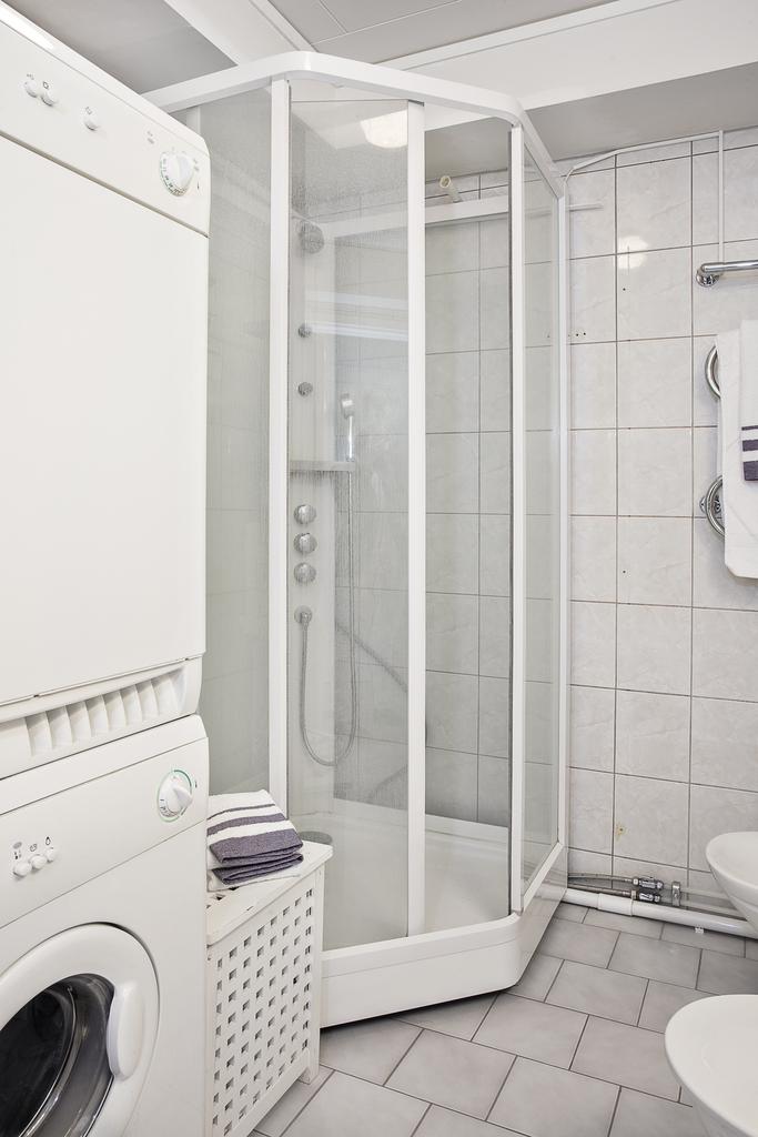 ... med duschkabin och tvättpelare