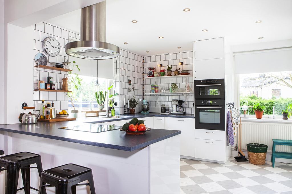 Renoverat kök med goda arbetsytor och integrerade spotlights i taket