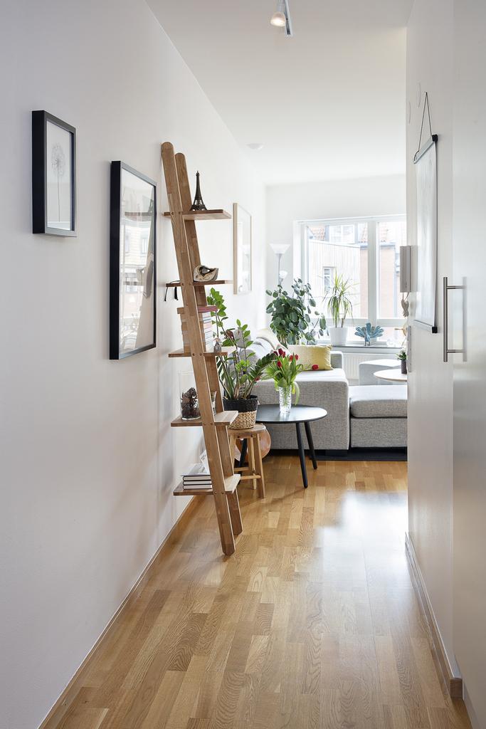 Möblerbar hall med garderob och vy in till vardagsrum