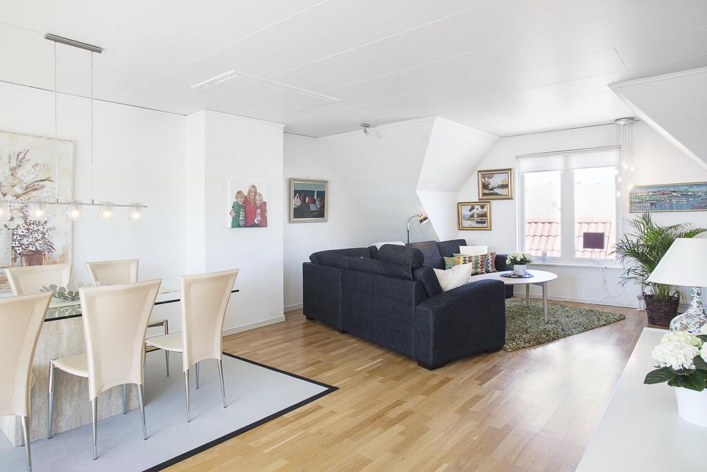 Ovanvåning där matrummet ligger  i öppen planlösning med vardagsrummet