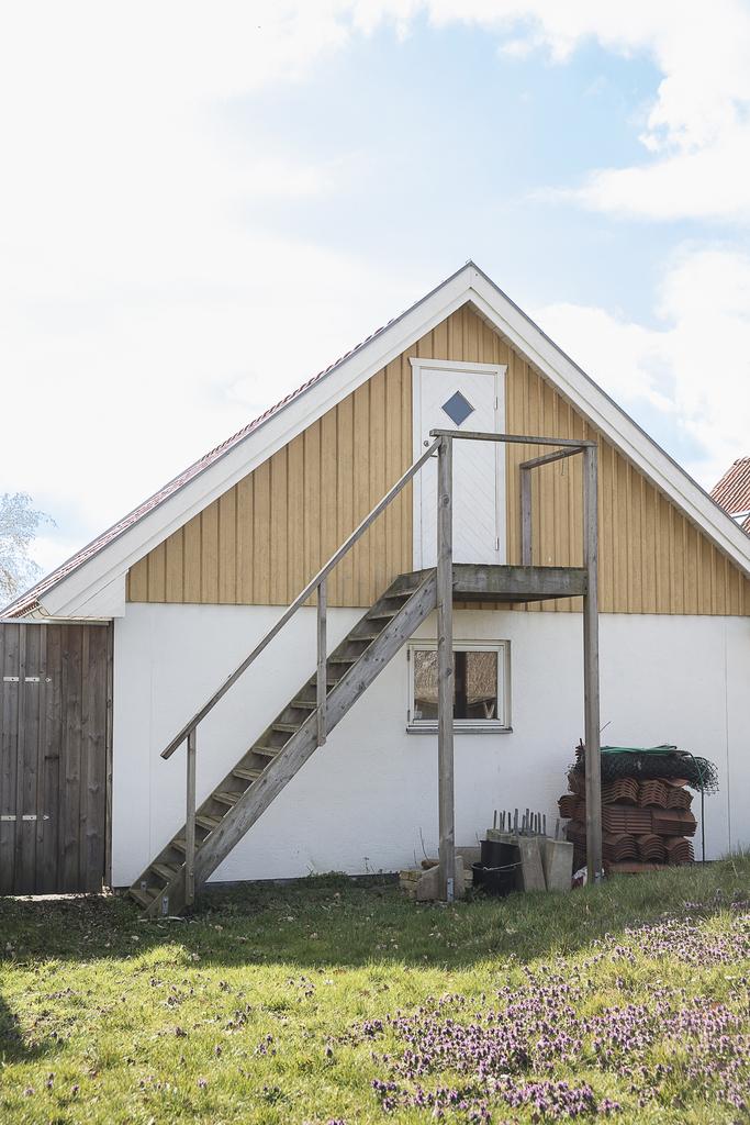 Fristående garagebyggnad med extra förvaringsutrymme på vinden