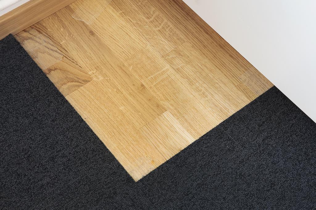 ... rummet har parkett golv som fn. skyddas av en nålfiltsmatta