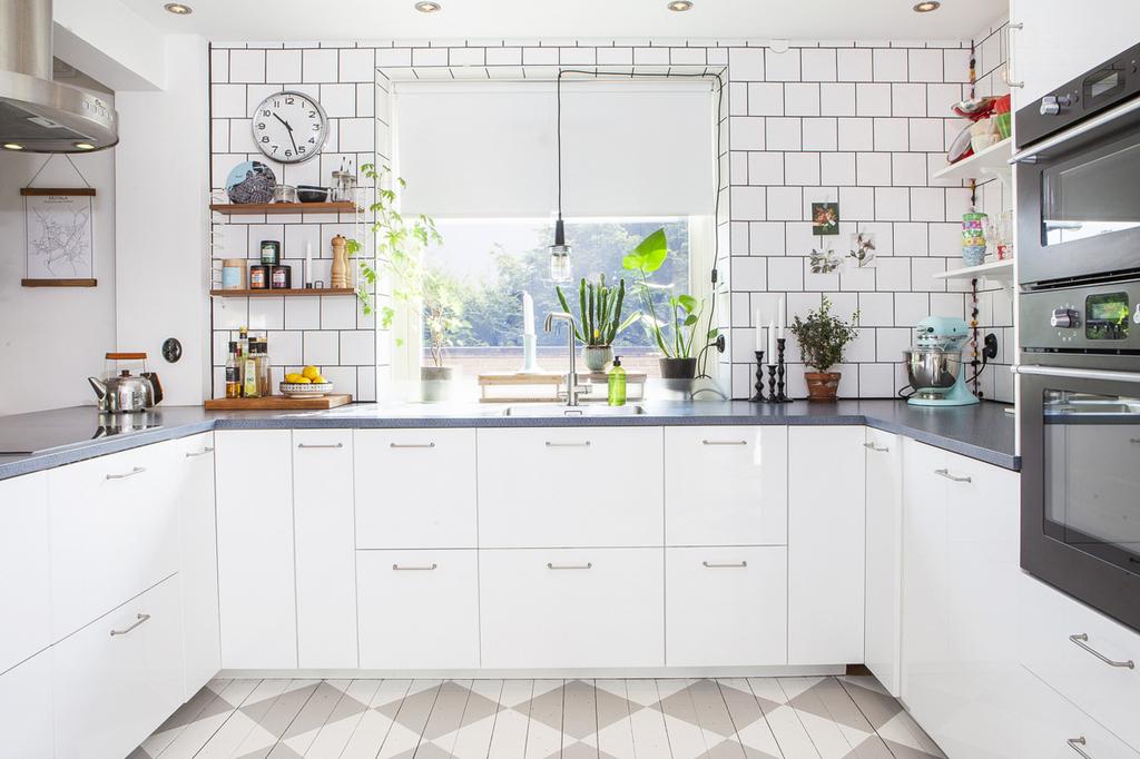 Köket har gott om förvaringsmöjligheter och fönster i öster