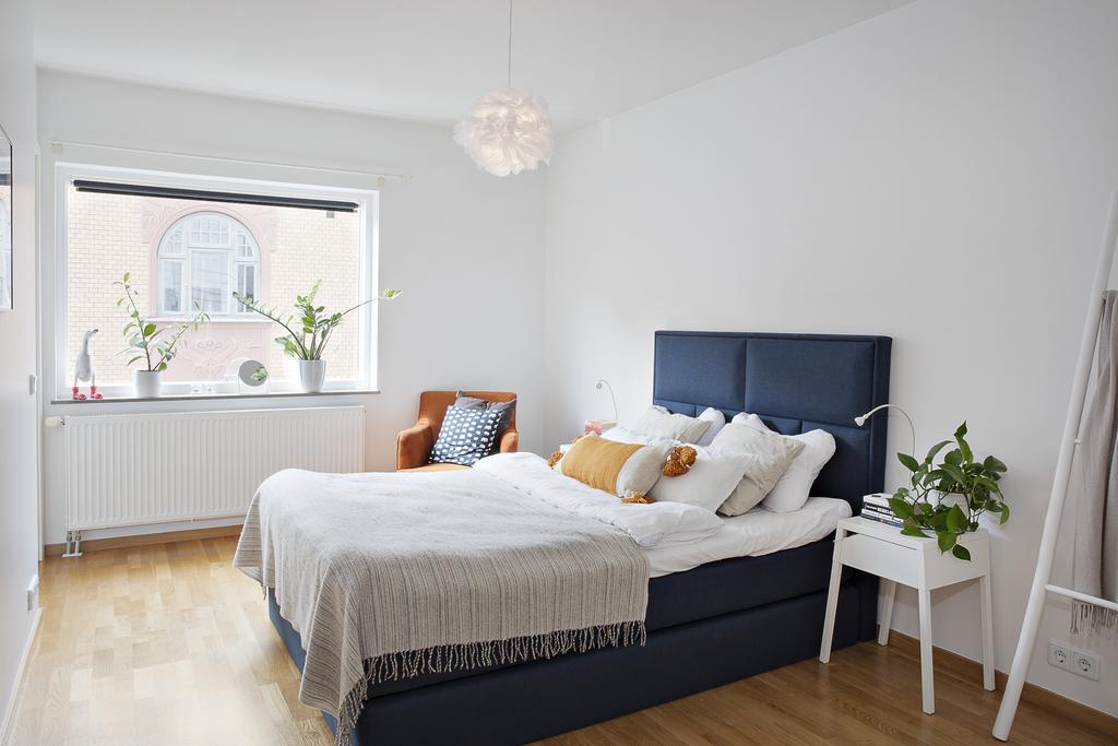 Sovrummet är väl tilltaget i storlek och har plats för både dubbelsäng och ytterligare förvaringsmöbler
