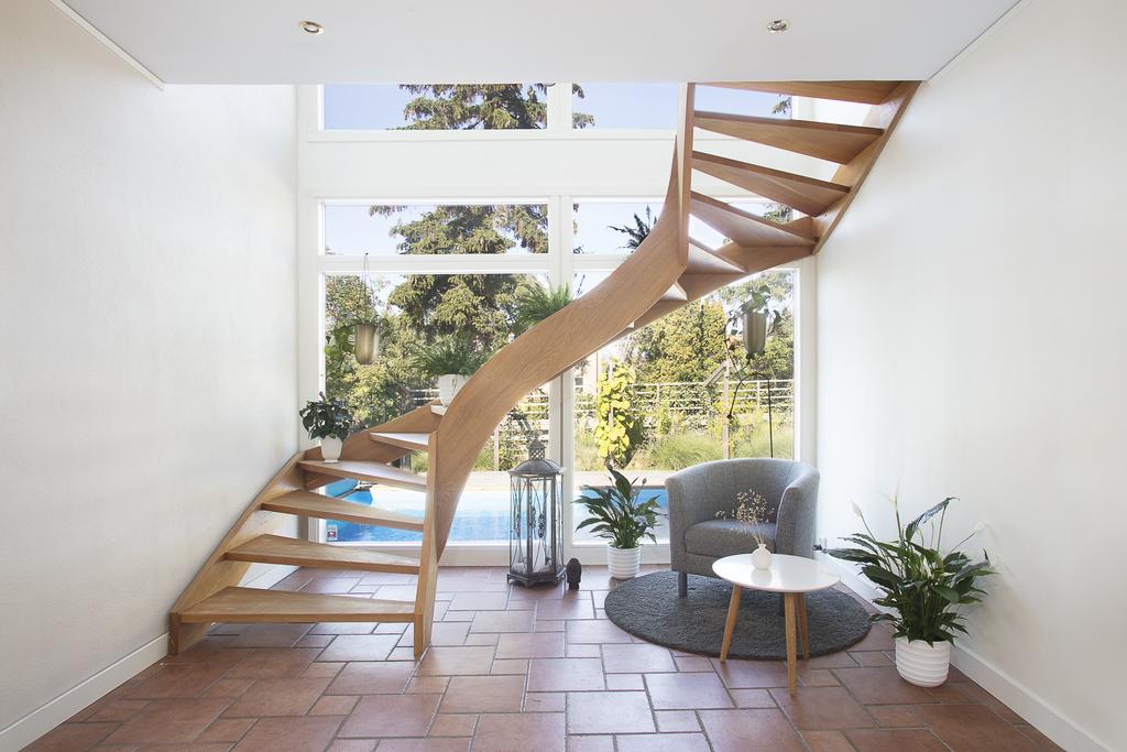 Tillbyggnad med frihängande trappa upp till ovanvåningen