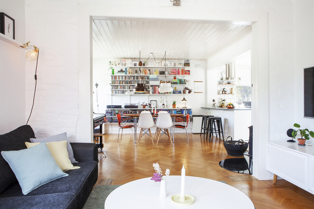 Vardagsrum och matrum i fil med öppen planlösning mot kök