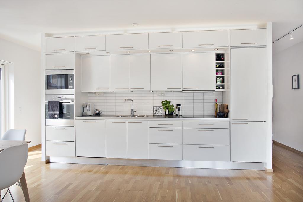 Lägenheten har en planlösning där man kan gå runt om båda sidor köket
