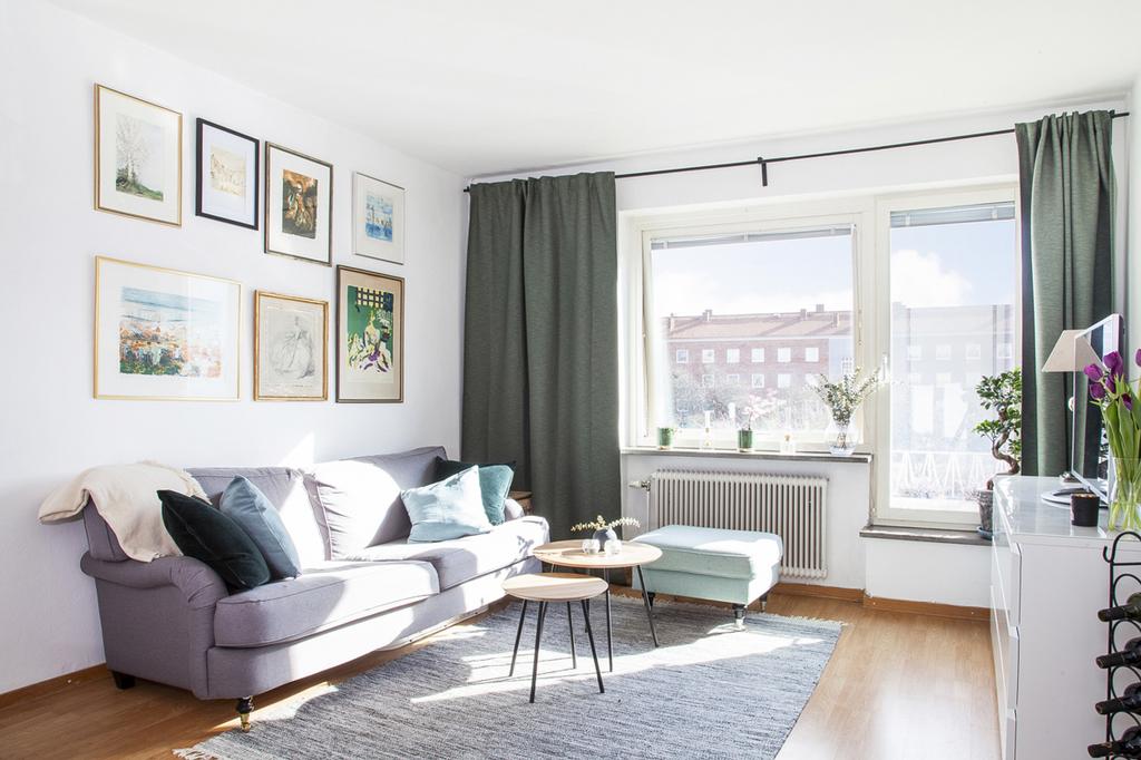 Rummet som har fönster i österläge, har plats för både soffgrupp
