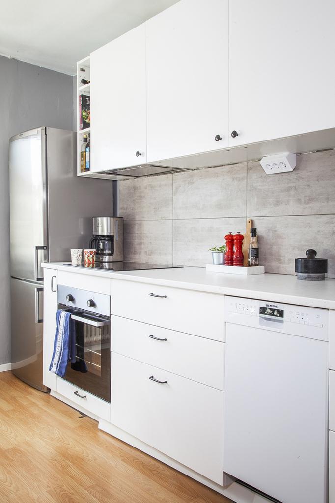 Kök med vita köksluckor