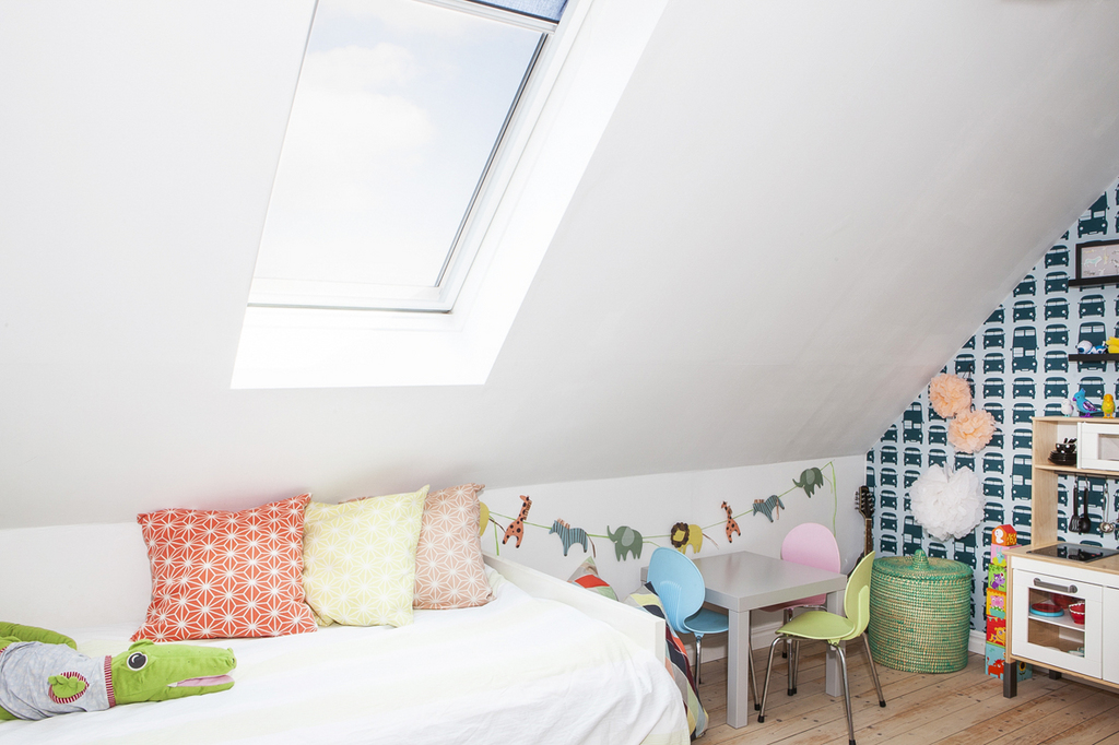 Sovrum 2, med takfönster mot norr