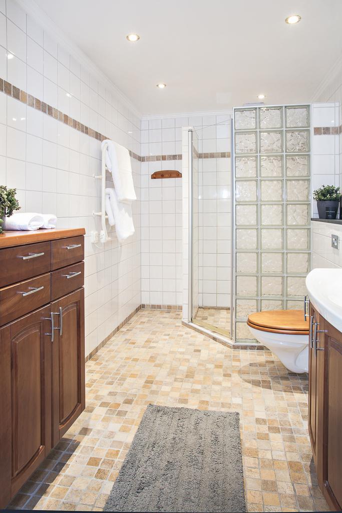 Badrum 1 är helkaklat och har dusch bakom glasvägg