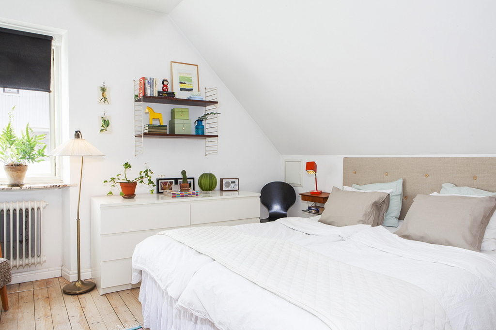 Med rum för dubbelsäng och förvaringsmöbler